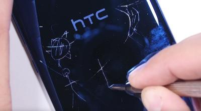 Колко устойчив е стъкленият корпус на HTC U Ultra? (видео)