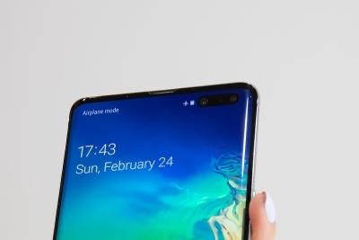 Samsung работи по невидима селфи камера, интегрирана под дисплея на смартфона