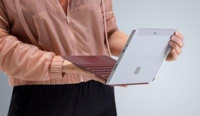 Surface Go е най-лекият и най-достъпен модел в серията на Microsoft