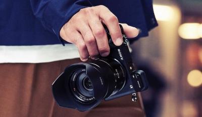 Новият Sony a6400 предлага въртящ се дисплей за влогъри и най-бързия автофокус